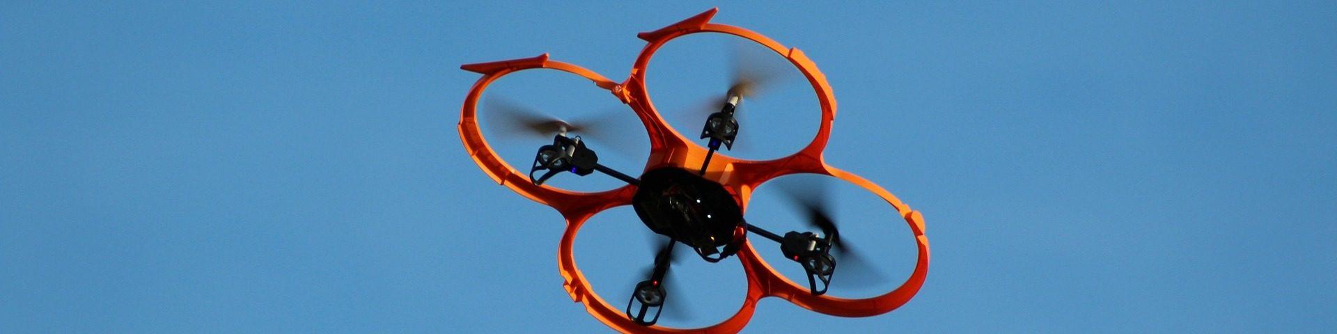 Drohne fliegt am Himmel
